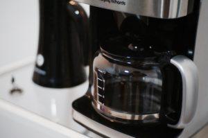 kaffebryggare i borstat stål som står på köksbänken