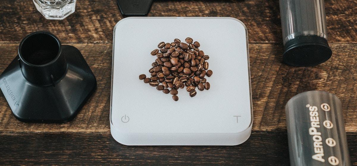 en vit acaia pearl kaffevåg
